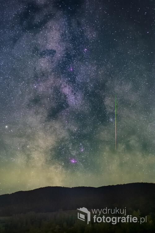 Pojedynczy Perseid uchwycony na tle Drogi Mlecznej nad masywem Durnej i Łopiennika, złapany w noc 14. sierpnia 2020 r. z Punktu Widokowego za Stężnicą. Nie był to okaz godny uwagi - przez niebo przemknął niemal niezauważony. Dzięki temu jednak aparat zarejestrował niesamowite wręcz kolory towarzyszące jego spalaniu. Gdyby był jaśniejszy, dla obserwatora z Ziemi bardziej efektowny - prześwietliłby się na zdjęciu a Wy moglibyście zobaczyć jedynie jasną kreskę.