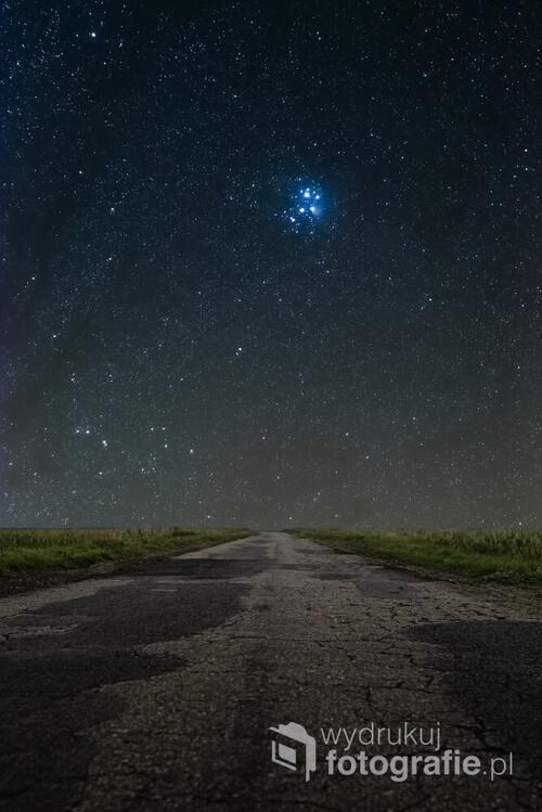 Plejady - Siedem Sióstr skazanych na wieczną ucieczkę przed Orionem. Na niebie widoczne nawet gołym okiem, odpowiednio wykonane zdjęcie pozwala pokazać również niebieską mgławicę otaczającą całą gromadę. Zdjęcie wykonane 22. października 2020 roku w okolicy Gniezna.