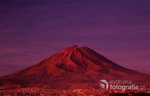 Wulkan El Misti o zachodzie, a u jego stóp idzie spać Arequipa.