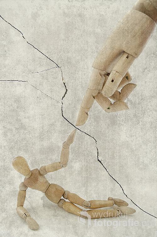 pracę stworzyłem bazując na fotografii, którą wykonałem przy użyciu namiotu bezcieniowego oraz statywu na którym umieściłem aparat (Nikon5100) fotografię przedstawiająca drewnianego modela oraz drewniany model dłoni poddałem obróbce graficznej. Głównym motywem oraz inspiracją tej pracy był fresk Michała Anioła pod tytułem