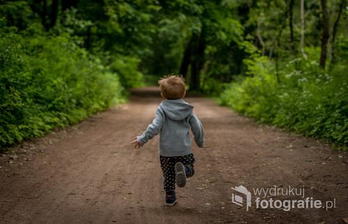 fotografia przedstawia Mojego syna który biegnie pośród drzew w jednym z Poznańskich parków... wolność jaka mu towarzyszy jest często wspominana przez te dzieci które stały się już dorosłe.