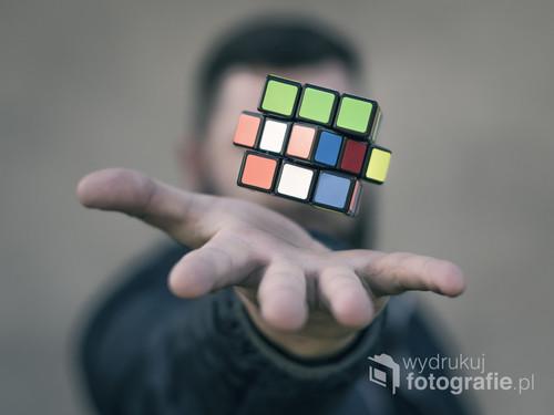 fotografia wykonana w warunkach zewnętrznych w pogodny dzień... aparat został ustawiony na statywie, ostrość wycelowana w kostkę Rubika i wykonana seria szybkich ujęć, po wybraniu odpowiedniej fotografii poddałem ją obróbce w programie.