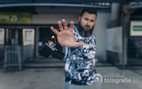 fotografia powstała przy Poznańskim stadionie przy ul. Bułgarskiej. dzięki małej pomocy programu graficznemu i małej sztuczce uzyskałem efekt lewitującej zapalniczki ;)
