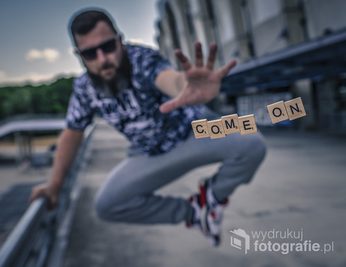 fotografia wykonana przy stadionie miejskim w Poznaniu, przy pomocy małej sztuczki i aparatu na statywie uzyskałem efekt rzucanych literek ;)