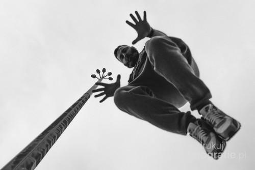 fotografię wykonałem umieszczając aparat na ziemi ustawiając aparat z odpowiednimi parametrami i skacząc z murku który znajdował się obok aparatu starałem umieścić się w kadrze :)