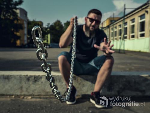 fotografię wykonałem na jednych z Poznańskich szkół (boisko). dzięki pewnej sztuce zatrzymałem łańcuch w kadrze który dzięki temu nadaje fotografii niesamowitego efektu.