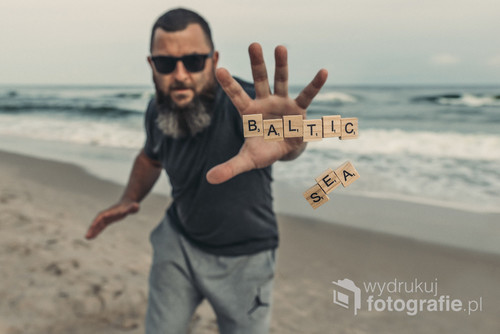 fotografia powstała nad morzem Bałtyckim w miejscowości Chłopy. Efekt lecących liter uzyskałem dzięki Mojej niezawodnej sztuce ;)