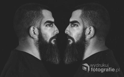 fotografię wykonałem w kilku etapach: fotografia twarzy oraz z profilu, po czym obie fotografie zostały połączone w programie graficznym.