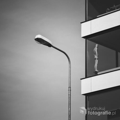 spacerując ulicami Poznania, ujrzałem samotną postać w jednym z budynków. Nie pozostało Mi nic innego jak ją sfotografować ;)