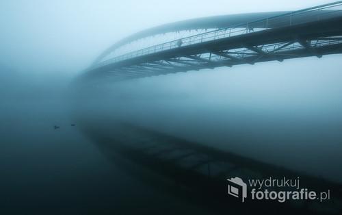 Poranek w Krakowie. Mgła i most. Nic ponadto.   Fotografia opublikowana na portalu 1x.com