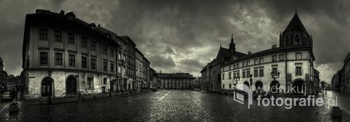 Krakowski Mały Rynek w deszczowym poranku, w tamtej chwili bezludny, co nie często ma miejsce.  Fotografia opublikowana na portalu 1x.com
