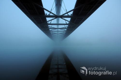 Kraków- podgórska kładka. Podczas mgły wdzięczny motyw dla fotografów. Aby uzyskać ten efekt, trzeba ustrzelić moment po wygaszeniu iluminacji obiektu, lecz jeszcze przed nadejściem dnia. A gdy dodatkowo dopisze nam mgła, nie mamy więcej życzeń. Fotografia opublikowana na portalu 1x.com