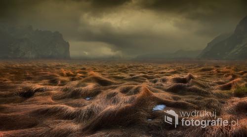 Tatry Słowackie, jedna z dolin w mrocznej, mglistej scenerii.  Fotografia opublikowana na portalu 1x.com