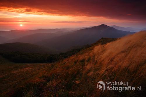 Wschód słońca oglądany z Połoniny Wetlińskiej w Bieszczadach, Bieszczadzki Park Narodowy. Praca nagrodzona III miejscem w kategorii Krajobraz w konkursie na Fotografa Roku 2016 ZPFP O-RP.