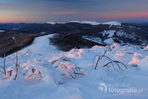 Zimowy krajobraz oglądany z Małej Rawki w kierunku Połoniny Wetlińskiej w Bieszczadzkim Parku Narodowym, Bieszczady Zachodnie.