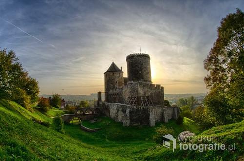 Jesienne zdjęcie zamku w Będzinie o zachodzie słońca. Pierwsza fotografia wykonana obiektywem typu