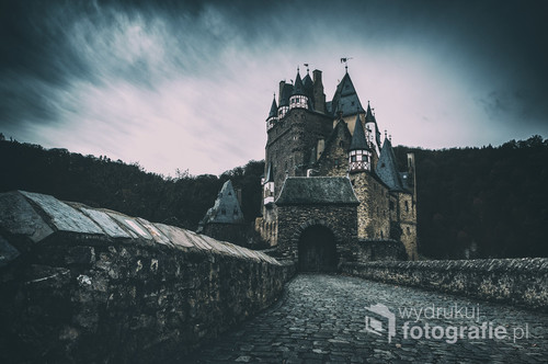 ...z góry zamek wyglądał bajecznie, a dzięki panującej dookoła deszczowej aurze nawet mrocznie. Czym prędzej zszedłem z punktu widokowego na dół aby przyjrzeć się zamczysku z bliska.