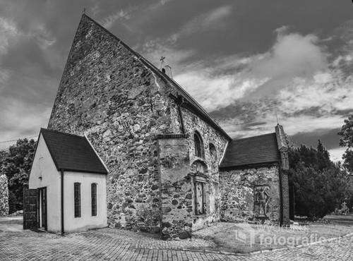 Na szlaku do Santiago de Compostella można spotkać wiele perełek architektury sakralnej. Tu - mały kościół w okolicach Głogowa.