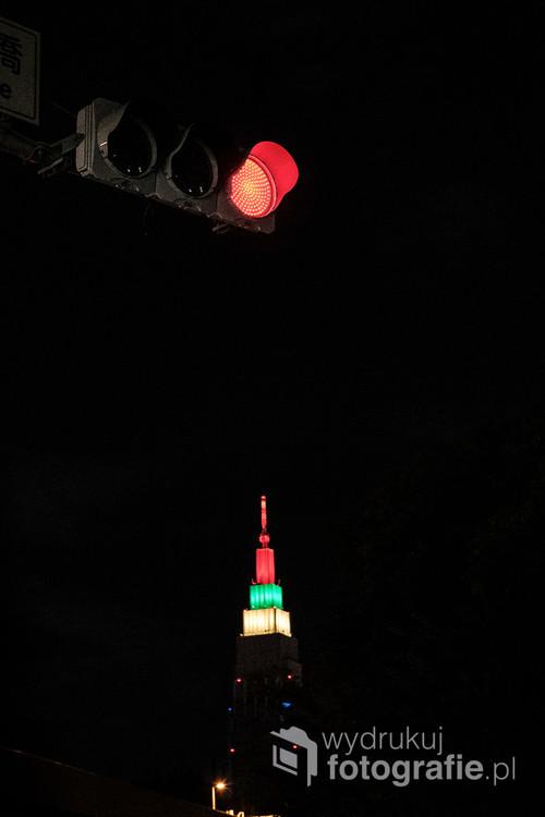 Tokio nocą to światła. Ulice pełne lamp i neonów. Czasem mniej oczywiste, jak światła odległej wieży, zestawione ze światłami zwykłego skrzyżowania.