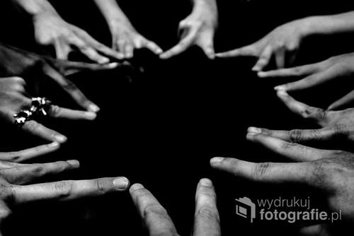 Grupa przyjaciół różnych narodowości w klubie karaoke w Tokyo. Po dłoniach jednak nie widać różnic.