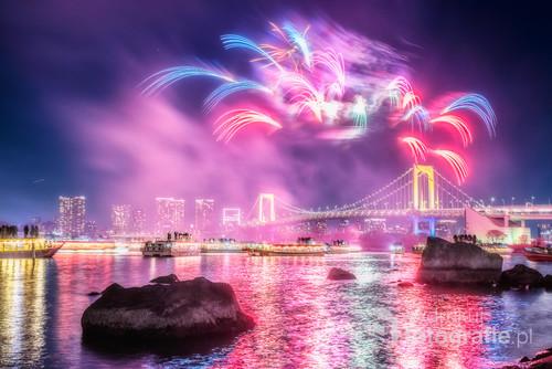 Fajerwerki nad Tęczowym Mostem prowadzącym na sztuczną wyspę Odaiba w Tokyo. Hanabi to po japońsku dosłownie