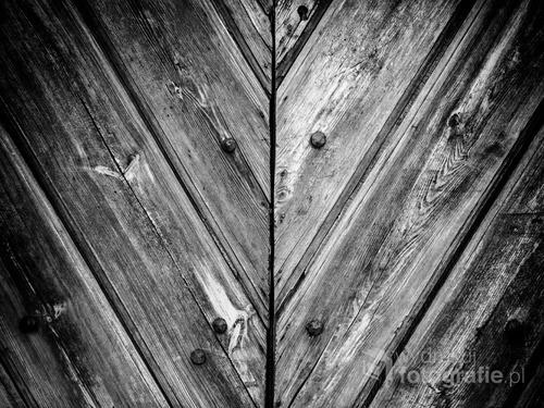 Fotografia starych drzwi uchwycona podczas wędrówek po mieście.
