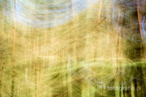 Fotografia wykonana z długim czasem ekspozycji oraz ruchem aparatu.