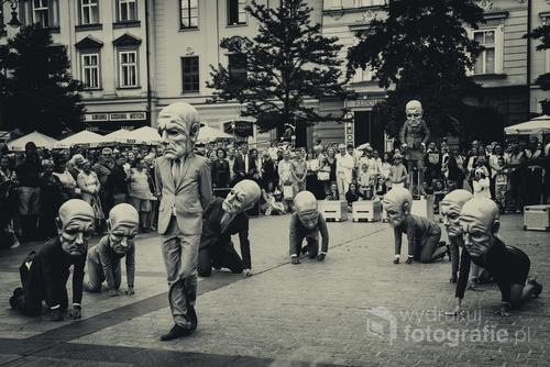 Zdjęcie zrobione podczas festiwalu teatrów ulicznych w Krakowie w 2016 r. Spektakl