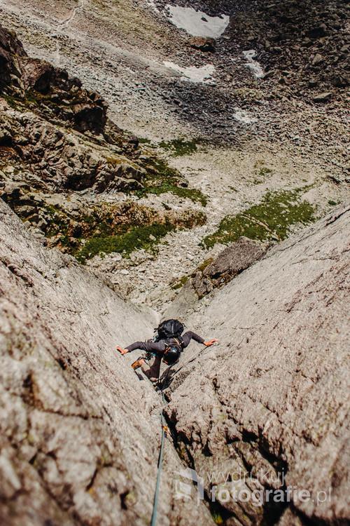 Wspinacz na Zamarłej Turni. Obserwujemy tutaj drogę Motyki.