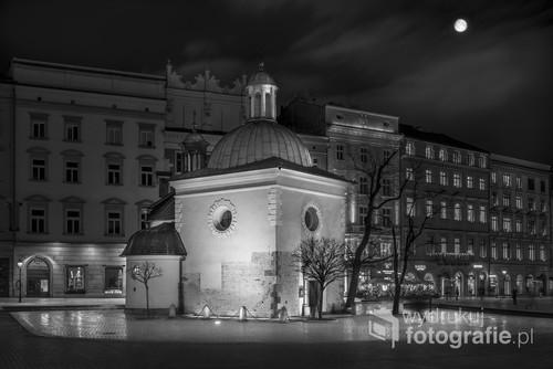 Nocna fotografia cyfrowa wykonana w styczniu 2018 r. przedstawia zabytkowy kościół św. Wojciecha na Rynku w Krakowie.