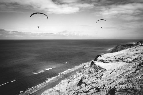 Fotografia cyfrowa wykonana na wybrzeżu Jutlandii. {przedstawia paralotniarzy szybujących nad brzegiem  morza.