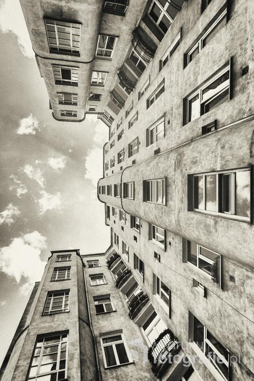 Warszawa, ulica Wilcza. Strzelista kamienica starej Warszawy schowana gdzieś w centrum miasta. Wchodząc przez niepozorną bramę nagle stajemy w podwórku totalnie oderwanym od miejskiego zgiełku.