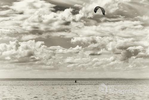 Zatoka Pucka, Chałupy. Zdjęcie zrobione w sierpniu 2016 roku. Kitesurferka wyczekuje odpowiedniej chwili do poderwania się.
