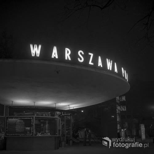 PKP Powiśle i jego drugie życie. Polski modernizm zawsze funkcjonalny.  Obraz utrwalony na średnioformatowych filmie fotograficznym Ilford FP4 Plus. 24 stycznia 2015 roku.