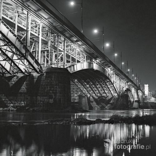 Najpiękniejszy most na rzece w samym sercu Polski. Zdjęcie nocne wykonane techniką fotografii analogowej, na profesjonalnym filmie Ilford XP2 400. Grudzień 2014.