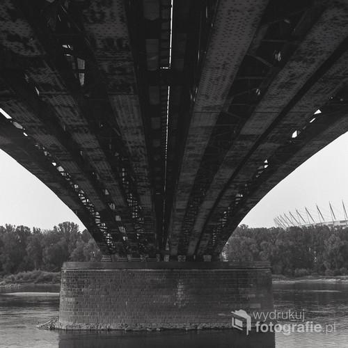 Ekspansja nowych bulwarów wiślanych nadchodzi. Tymczasem most Poniatowskiego pozostaje niezmienny. fotografia wykonana techniką analogową. Aparat Yashica Mat 124G film Efke 100. Warszawa, sierpień 2012.