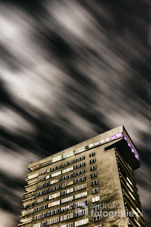 Budynek prawie całkiem niezauważalny, znajduje się tuż przy stacji PKP Powiśle. Zaprojektowany jako ekskluzywny drapacz chmur. Przeznaczony tylko dla wybranych dawnych czasów PRL. Zmierzch polskiego modernizmu był dosyć brutalny. Warszawa, Powiśle. Wrzesień 2017.