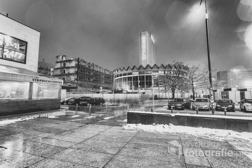 Śnieg z deszczem przykrywa miasto i rozgania przechodniów. Niebawem Rotundę spotka los jej sąsiada. Jest zimowa noc. Warszawa, styczeń 2017.