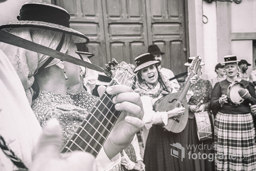 Acuras, święto San Juan de Baptista. Ludzie z okolicy zebrali się by świętować. Wszędzie słychać radosne śpiewy. Acuras, Gran Canaria, czerwiec 2016.