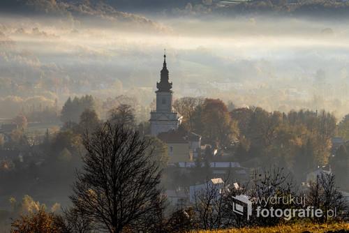 Jesienny Tuchów spowity poranna mgiełką