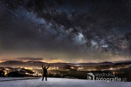 Zdjęcie wykonane na Ochodzitej w Koniakowie (Beskid Śląski) podczas nowiu na początku marca 2019r. Bardzo silny wiatr sprawił, że niebo było bardzo przejrzyste, co pozwoliło wykonać fotografię naszej galaktyki - drogi mlecznej.  Zdjęcie zostało opublikowane w magazynie A-Z Top Photo Magazine jako zdjęcie tygodnia