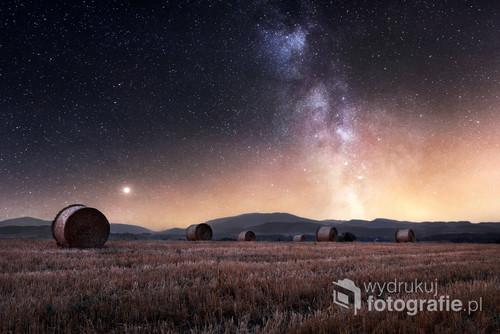 Zdjęcie drogi mlecznej wschodzącej nad górami Beskidu Śląskiego. Był to czas po żniwach i bale słomy spełniły rolę pierwszoplanową.  Zdjęcie zostało wyróżnione przez magazyn Fotografia jako jedno z najlepszych zdjęć miesiąca.