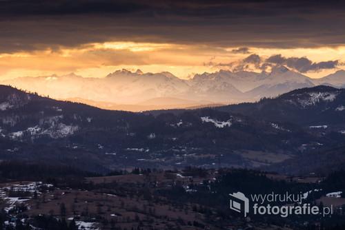 Zdjęcie ośnieżonych Tatr, wykonane z góry Ochodzitej w Koniakowie - Beskid Śląski. Odległość między Tatrami a Ochodzitą to aż 95km w linii prostej.