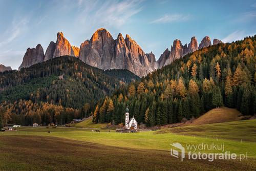Ten malowniczy kościółek znajduje się w Dolomitach niedaleko Val di Funes. Zdjęcie zostało wykonane jesienią 2018 roku