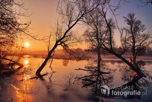 Zachód słońca nad Odrą w porze zimowej