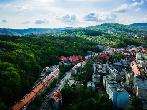 Zdjęcie przedstawia poniedziałkowy dzień nad miastem Wałbrzych tuż obok rynku. Zdjęcie wykonane w 2021 roku.