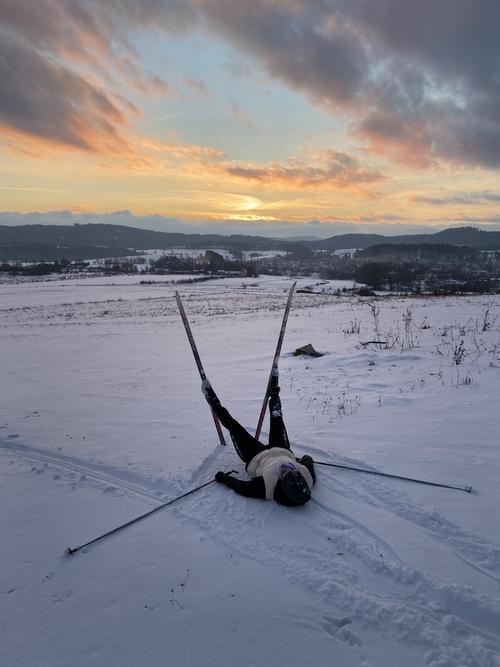 Zdjęcie zostało wykonane techniką krótkiej ekspozycji. Przedstawia narciarkę odpoczywającą po wyczerpującym tresningu.