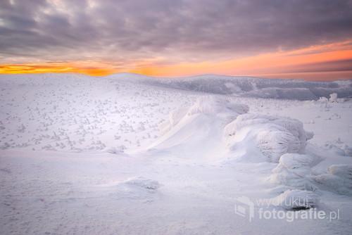 Po wschodzie słońca  pogoda była dynamiczna, wiał silny wiatr i po niebie goniły podświetlone wschodzącym słoncem barwne chmury, które zmieniały zimowy krajobraz.