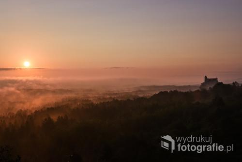 Fotografia została zrobiona podczas jednego z sierpniowych wschodów słońca na Jurze Krakowsko-Częstochowskiej, która przyciąga nie tylko ze względu na fantastyczne widoki, ale także obecność wielu zamków, które dodają tej okolicy magii i bajkowości..