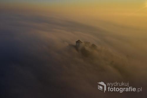 Zamek Tenczyn w Rudnie spowity mgłą